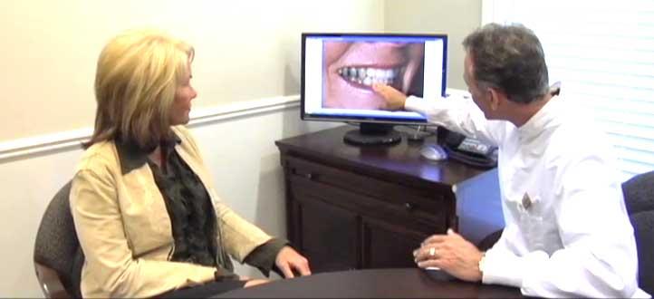 Gặp bác sĩ nha khoa định kỳ để xem tình trạng răng sứ của mình